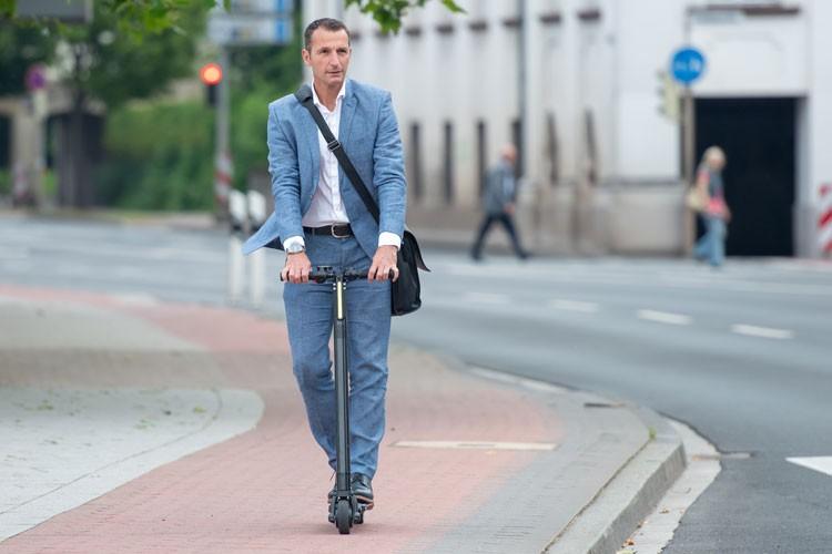 businessman-elektrische-step